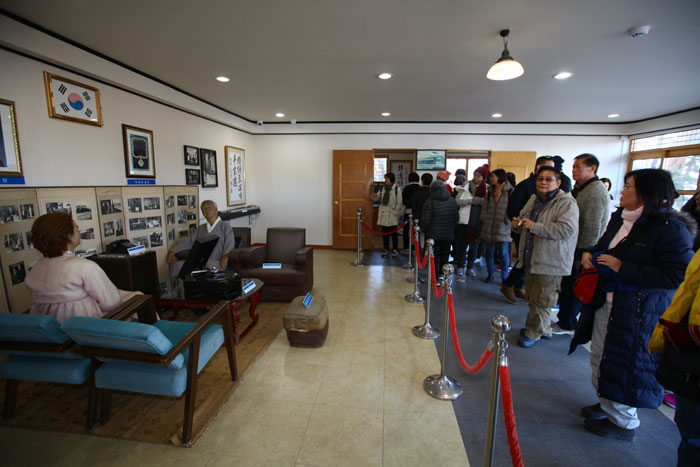 Singaporean tourists look around the interior of a villa that was owned by Korea's first president, Rhee Syngman, near Hwajinpo Beach in Gangwon-do Province on Nov. 29.