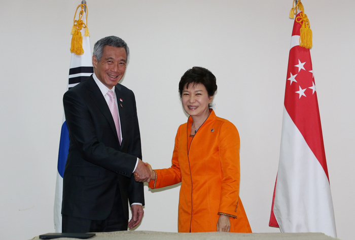 President Park Geun-hye (right) shakes hands with Singaporean Prime Minister Lee Hsien Loong during the bilateral summit held in Brunei on October 9. (photo: Cheong Wa Dae)