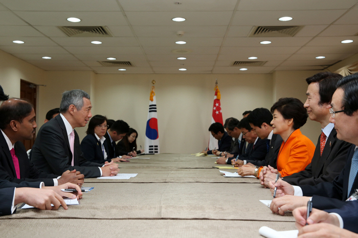 President Park Geun-hye (third from right) holds talks with Singaporean Prime Minister Lee Hsien Loong during the bilateral summit held in Brunei on October 9. (photo: Cheong Wa Dae)