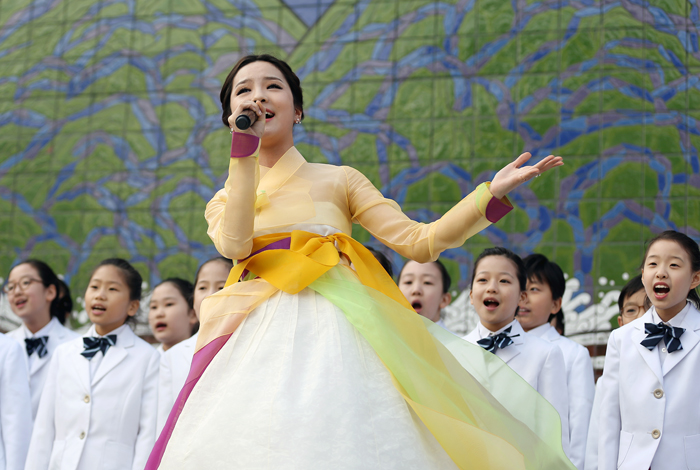 "Singer Song So-hee sings ""Holo Arirang"" along with the Seoul Metropolitan Junior Chorus. (photo: Jeon Han)"