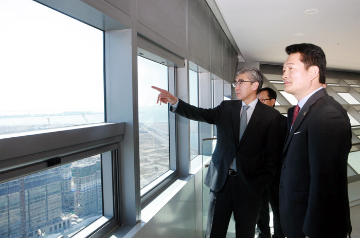 Incheon Mayor Song Young-gil (right) explains to U.S. Ambassador Sung Kim about the Incheon FEZ development project at G Tower in Songdo on March 21. (Photos courtesy of Incheon Metropolitan City)