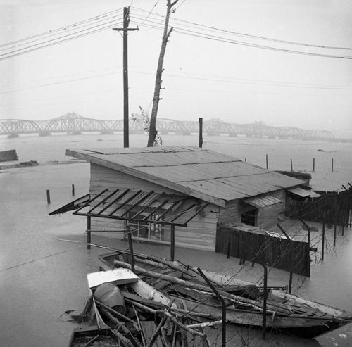 A house is consumed by flood waters (photo courtesy of Seoul Museum of History).