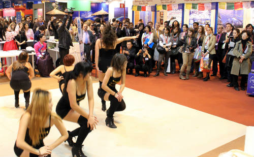 The Spanish dance group performs K-pop dances at FITUR (photo: Yonhap News).
