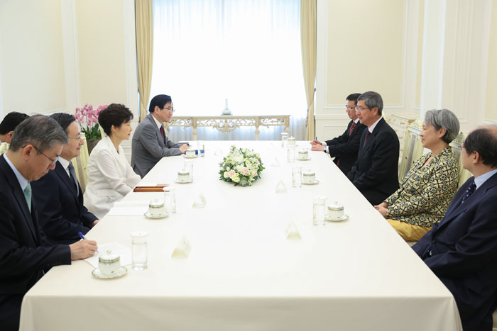 (Top) President Park Geun-hye (right) receives Temasek CEO Ho Ching (second from left) and Chairman Lim Bun Heng (third from left). (Bottom) President Park Geun-hye (left) discusses mutual cooperation with Temasek executives. (photos: Cheong Wa Dae)