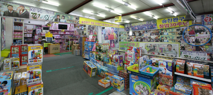 Customers can find a variety of toys all in one place and purchase them at a lower-than-retail price at the Stationery and Toys Wholesale Market in Seoul.
