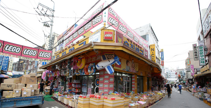 About 100 shops are located in the Stationery and Toys Wholesale Market near the Dongdaemun market district. Visitors can find a variety of toys there. Many of the shops open early in the morning to get ready for shoppers.