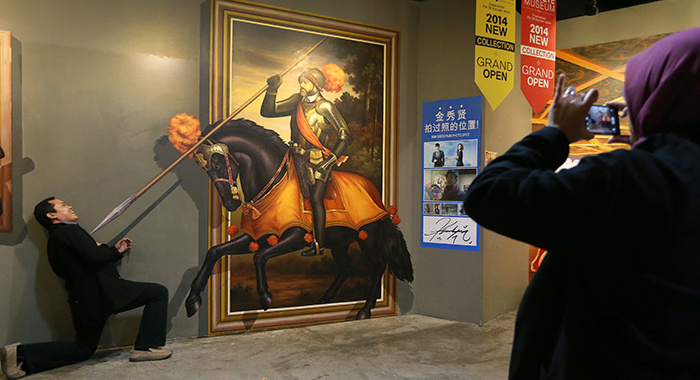 Visitors to the Trickeye Museum have fun taking pictures. (photo: Jeon Han)