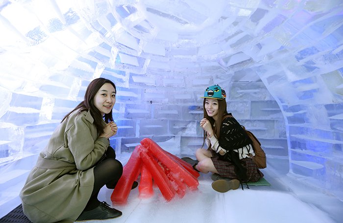 Cecilia Liang (left), a Chinese visitor who came to the museum with her friend, poses for a photo. (photo: Jeon Han)