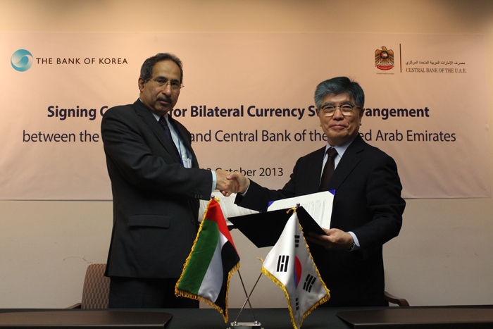 Bank of Korea Governor Kim Choong-soo (right) and his UAE counterpart Sultan Bin Nasser Al Suwaidi of the UAE pose for a photo after signing a currency swap agreement worth USD 5.4 billion, in Washington D.C. on October 13. (photo courtesy of the Bank of Korea)