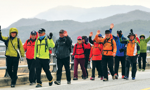 The first walking team to walk the entire perimeter of the four major rivers completed their course on March 31. The team had ten regular members (photo: Weekly Gonggam).