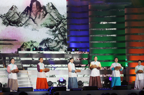 A performance is held in Jeongseon County, Gangwon-do, on December 6 to celebrate the inscription of Arirang in the Representative List of the Intangible Cultural Heritage of Humanity by UNESCO (photo: Yonhap News).