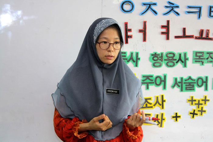 A Korean teacher teaches Korean to Malaysian students. (photos courtesy of APCEIU)