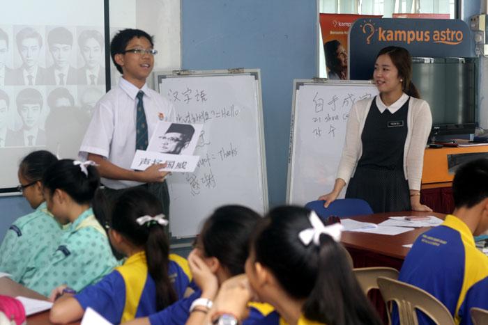 Malaysian students learn Korean from a Korean teacher as part of the teacher exchange program.