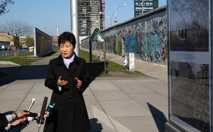 President Park Geun-hye speaks to journalists after viewing the artwork in the photo exhibition along the East Side Gallery of the Berlin Wall, in Berlin on March 27. (photo: Jeon Han)