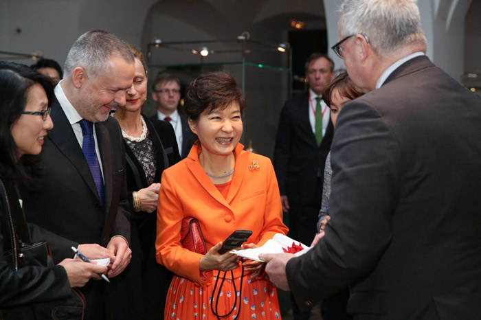President Park Geun-hye (center) receives an audio guide player with Korean language services from the prime minister of Saxony, Stanislaw Tillich, on March 27 during her visit to the Green Vault in Dresden. (photo: Cheong Wa Dae)