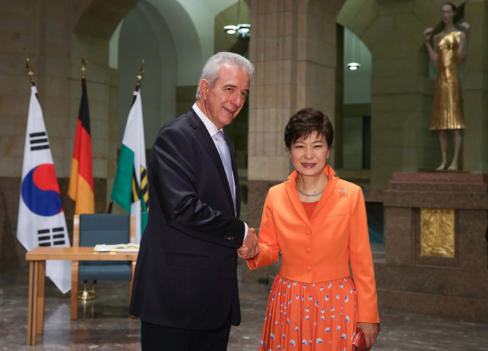 President Park Geun-hye (right) shakes hands with Prime Minister of Saxony Stanislaw Tillich on March 27 during her visit to the Saxony state government building in Dresden. (photo: Cheong Wa Dae)