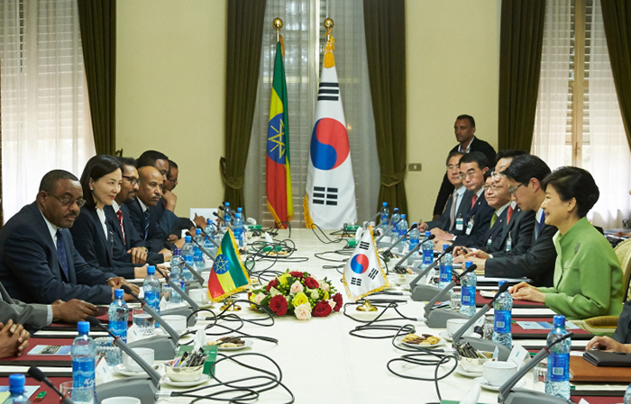 President Park Geun-hye and Ethiopian Prime Minister Hailemariam Desalegn hold summit talks in Addis Ababa on May 26. The two leaders agreed to strengthen cooperation on the economy, trade, infrastructure and development.