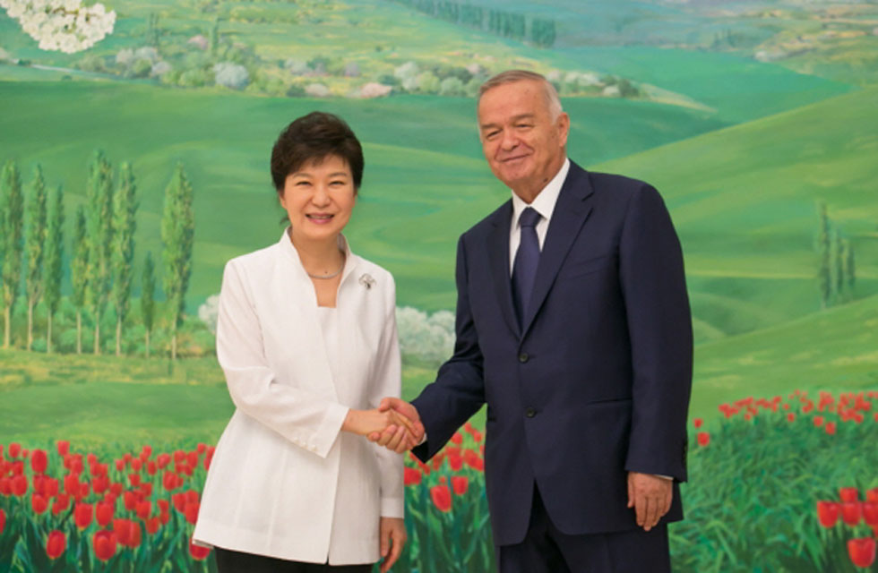 President Park Geun-hye (left) shakes hands with Uzbek President Islam Karimov at the presidential palace in Tashkent on June 17. (photo: Cheong Wa Dae)