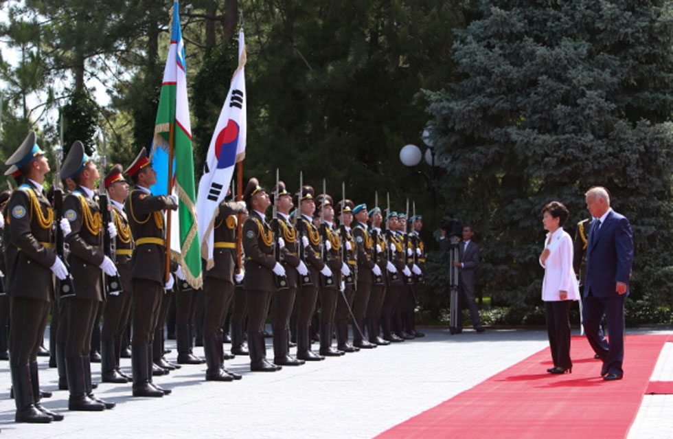 President Park Geun-hye (second from right) inspects an honor guard with Uzbek President Islam Karimov at the presidential palace in Tashkent on June 17. (photo: Cheong Wa Dae)