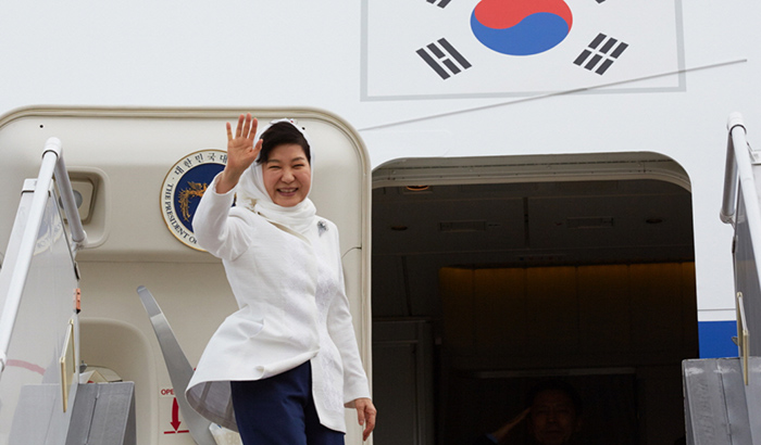President Park Geun-hye is bid goodbye by an honor guard (top) and waves to the crowd (bottom) in Tehran as she departs for Seoul on May 3, wrapping up her state visit to Iran.