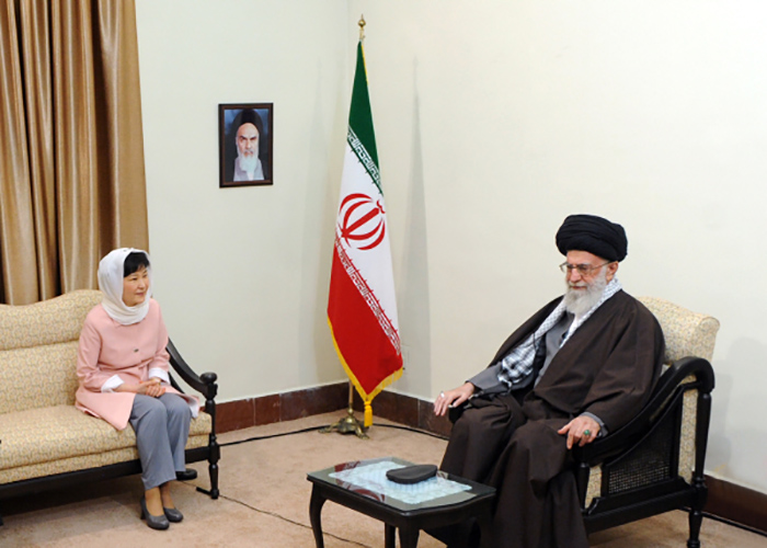 President Park Geun-hye (left) meets Iranian Supreme Leader Ayatollah Ali Khamenei in Tehran during her state visit to Iran on May 2.
