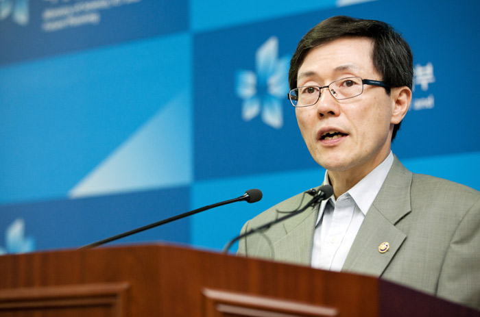 Second Vice Minister Yoon Jong-lok of Science, ICT & Future Planning announces the ICT cooperation between Korea and China at a press briefing held at the Government Complex in Gwacheon on July 2 (photo courtesy of the Ministry of Science, ICT & Future Planning).