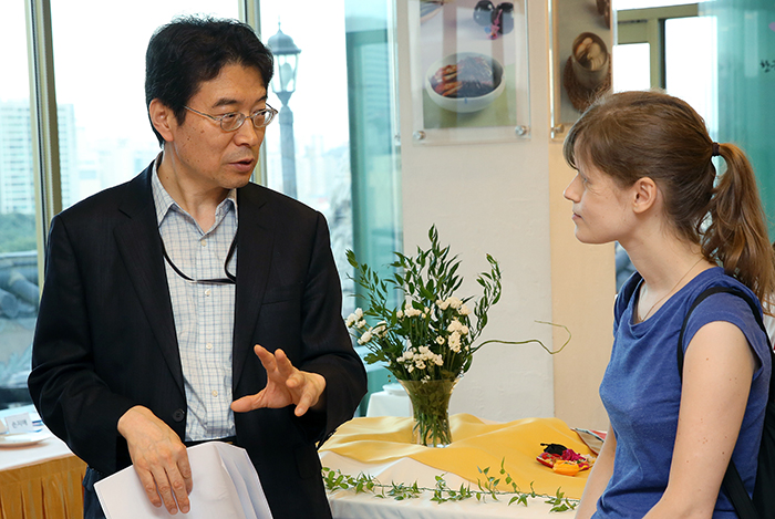 KOCIS director Woo Jin-yung talks with Belgian WKB member Liesbeth Coosemans at the welcoming ceremony on July 19 (photo: KOCIS).