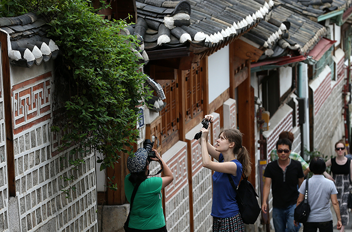 After an overnight Hanok homestay experience, five WKB members walk around Bukchon Hanok Village early in the morning on July 20 (photo: Jeon Han).