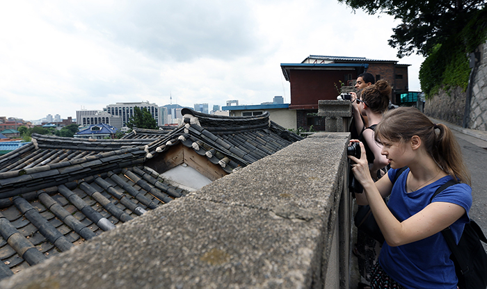 The WKB members are busy photographing the scenery in Bukchon Hanok Village where the past and the present coexist (photo: Jeon Han).