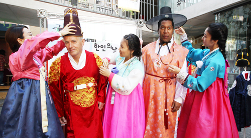 It is no longer uncommon to spot foreigners in South Korea, whether in the city or the countryside. More and more foreigners come to South Korea to work or for marriage, and many of them from ethnic enclaves in many parts of the country (photo: Yonhap News).
