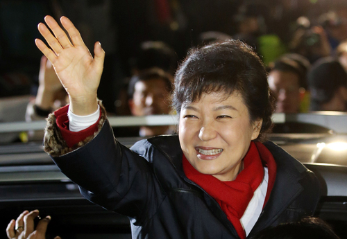 President-Elect Park Geun-hye waves her hand to her supporters in front of the Saenuri Party headquarters in Yeouido, western Seoul (photo: Yonhap News).