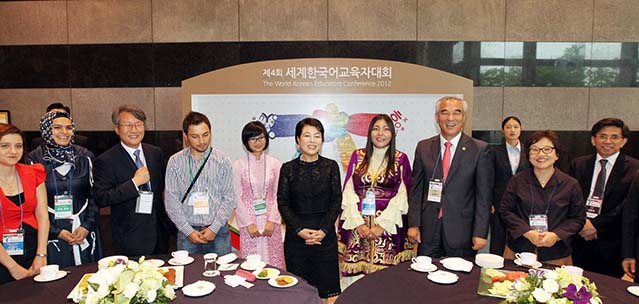 Korean language learners and educators from around the world meet with First Lady Kim Yoon-ok and Culture Minister Choe Kwang-shik at the World Korean Educators Conference 2012 on August 22 (photo courtesy of Cheong Wa Dae).