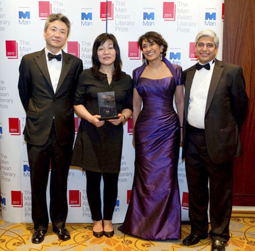 Author Shin Kyung-sook (second from left) with Man Asia Literary Prize judges Lee Chang-rae (far left), Razia Iqbal (second from right), and Vikas Swarup (far right) (photo courtesy of the Man Asian Literary Prize).