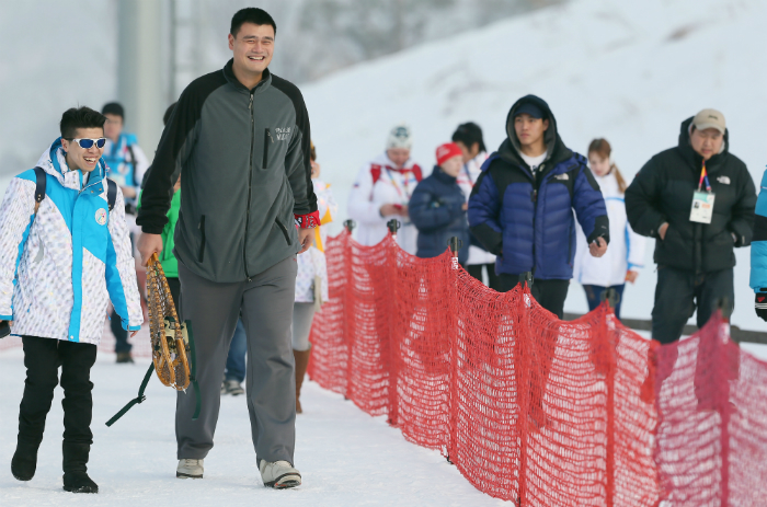 Yao Ming, (second from left) a well-known Chinese basketball player, has fun with intellectually disabled athletes at an event of the Unified Sports Program held in Pyeongchang (photo: Yonhap News).