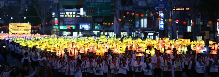 Lotus lanterns light up Seoul night : Korea.net : The ...