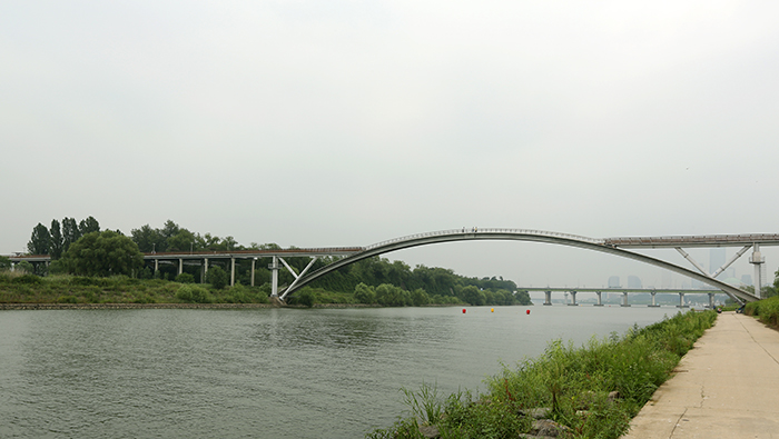 The pedestrian-only Seonyu Bridge takes you from the Seonyudo Park on the island to the Yanghwa Hangang Park along the southern banks of the river. (photo: Jeon Han)