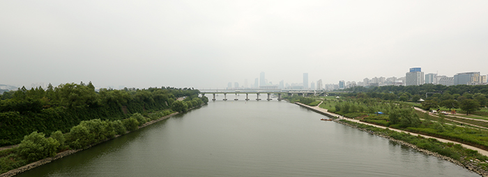 The sight of Yeouido from the Seonyu Bridge on August 5. Although due to the foggy weather it is not a clear day, the National Assembly is still visible on the far side of the Yanghwa Bridge. (photo: Jeon Han)