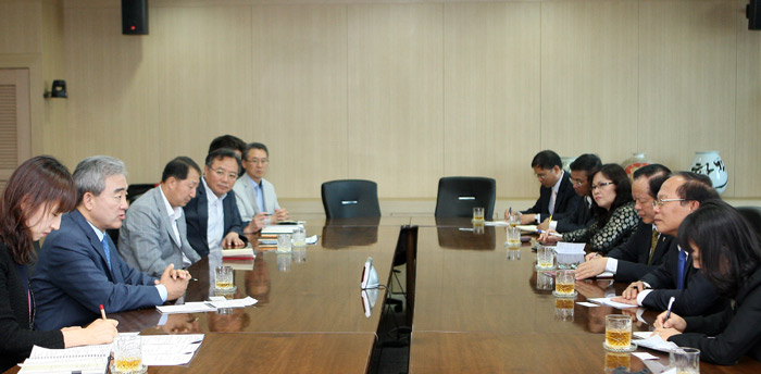 Minister of Culture, Sports and Tourism Yoo Jinryong (second from left) talks with Vietnamese Minister of Culture, Sports and Tourism Hoang Tuan Anh during a meeting held on July 3 in Seoul (photo courtesy of the Ministry of Culture, Sports & Tourism).