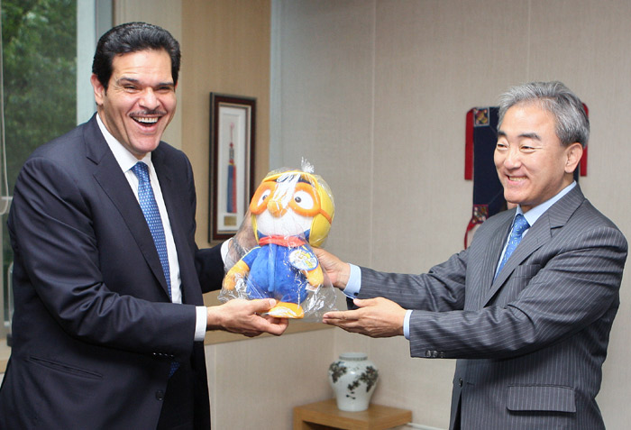Minister of Culture, Sports and Tourism Yoo Jinryong (right) gives a doll of the popular Korean animation character Pororo as a gift to Kuwait's Minister of Information during a meeting held on July 2 in Seoul (photo courtesy of the Ministry of Culture, Sports and Tourism).