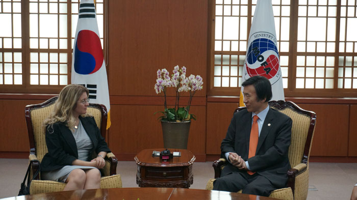 Minister of Foreign Affairs Yun Byung-se talks with GCF executive director designate Hela Cheikhrouhou (photo courtesy of Minister of Foreign Affairs).