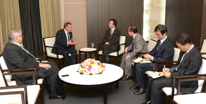 Minister of Foreign Affairs Yun Byung-se (center) on June 10 talks to a GGGI delegation led by Chairman Lars Løkke Rasmussen on global issues related to green growth (photo courtesy of the Ministry of Foreign Affairs).