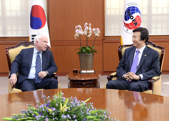 Minister of Foreign Affairs Yun Byung-se (right) meets with Senator McCain at MOFA headquarters on August 26 (photo courtesy of MOFA).