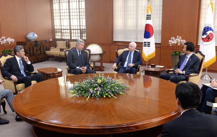 Minister of Foreign Affairs Yun Byung-se (right) talks with Senators McCain and Whitehouse at the ministry headquarters on August 26 (photo courtesy of MOFA).