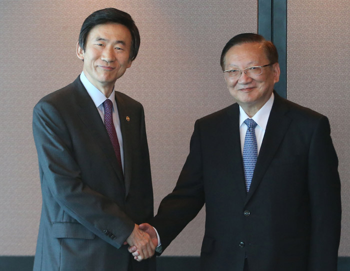 South Korean Minister of Foreign Affairs Yun Byung-se (left) on June 16 shakes hands with former Chinese Foreign Minister Tang Jiaxuan before holding a lunch meeting at a Seoul restaurant (photo courtesy of the South Korean Ministry of Foreign Affairs).