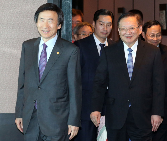 South Korean Minister of Foreign Affairs Yun Byung-se (left) and former Chinese Foreign Minister Tang Jiaxuan on June 16 enter a restaurant in Seoul for a lunch meeting (photo courtesy of the South Korean Ministry of Foreign Affairs).
