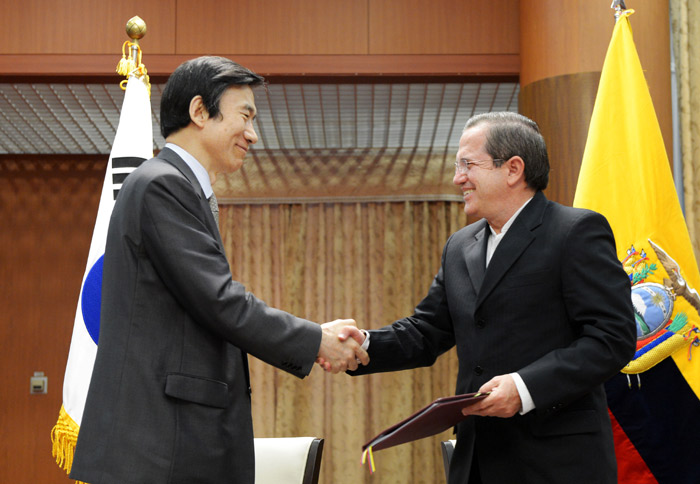 Minister of Foreign Affairs Yun Byung-se (left) shakes hands with Ecuadorian foreign minister Ricardo Patiño after signing an MOU on Korea-Ecuador cooperation on June 18 in Seoul (photo courtesy of Ministry of Foreign Affairs).
