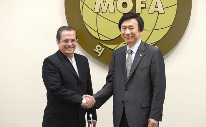 Minister of Foreign Affairs Yun Byung-se (right) shakes hands with Ecuadorian Foreign Minister Ricardo Patiño (photo courtesy of Ministry of Foreign Affairs).