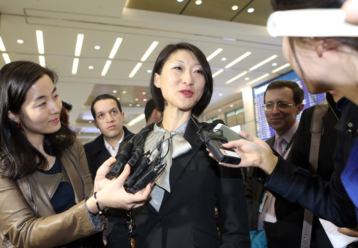 French Minister Fleur Pellerin is surrounded by crowds of reporters upon arriving at Incheon International Airport on March 23 (photo: Yonhap News).