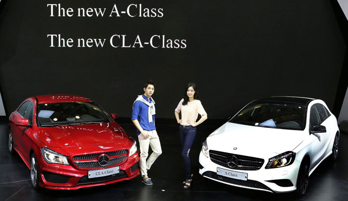 Mercedes-Benz's new A-Class (right) and CLA-Class are revealed at the 2013 Seoul Motor Show on March 28 (photo: Yonhap News).