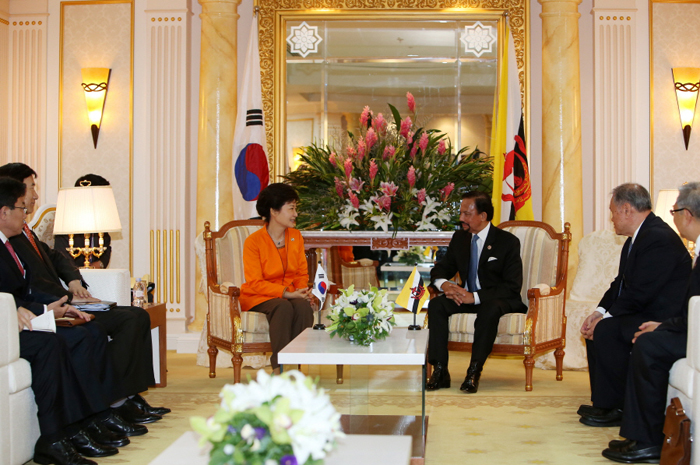 President Park Geun-hye (center left) hold talks with Bruneian Sultan Hassanal Bolkiah during a bilateral summit in Brunei on October 10. (photo courtesy of Cheong Wa Dae)